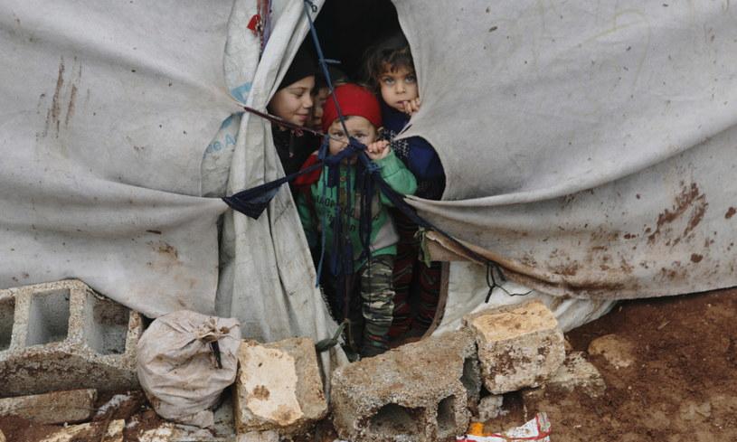 Uchodźcy wewnętrzni w namiocie w obozie Azaz w Syrii, luty 2020. /HALIL ASHAWI /Agencja FORUM