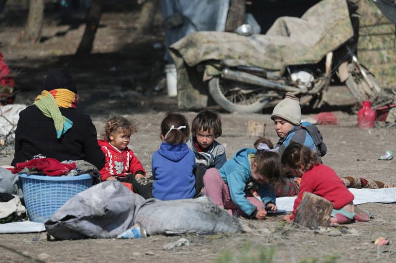 Uchodźcy wewnętrzni w tymczasowym obozie we wsi Qatmah w Syrii. / KHALIL ASHAWI /Agencja FORUM