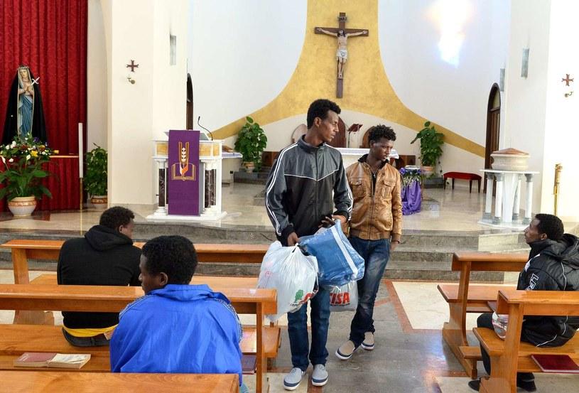 Uchodźcy z Erytrei otrzymują dary od społeczności religijnej na Lampedusie /AFP