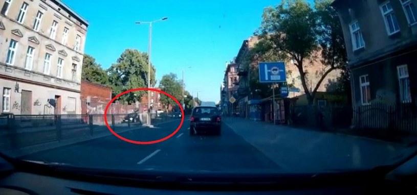 Uchwycony moment wypadku kajakarza Aleksa Koliadycha na przejściu dla pieszych /printscreen/ki24.info /