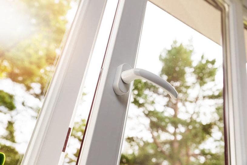 Uchylone okno /©123RF/PICSEL