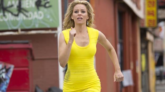 """Uciec, ale dokąd? Elizabeth Banks w scenie z filmu """"Dzień z życia blondynki"""" /materiały dystrybutora"""
