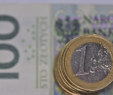 Escape from the zloty!  We save more and more savings in currency