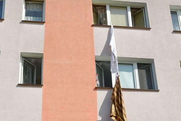 Ucieczka po związanych prześcieradłach i kocach nie powiodła się - mężczyzna został zatrzymany. /KWP w Gdańsku /Policja