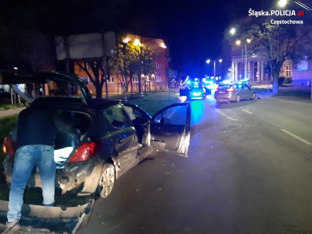Uciekający samochodem mężczyzna nie reagował na strzały oddawane przez policjantów /Śląska policja /