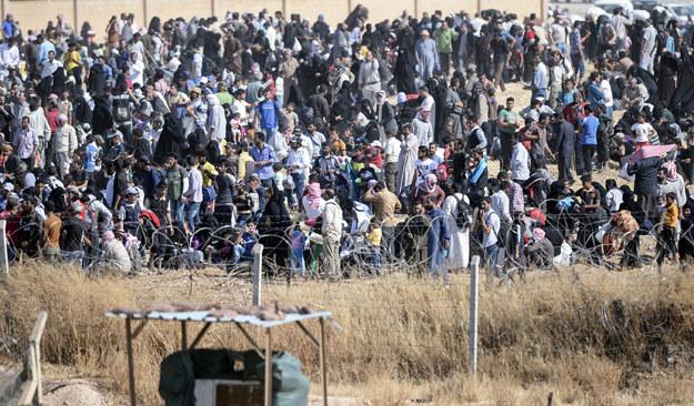 Uciekinierzy przy granicy syryjsko-tureckiej w Tall Abjad fot. Bulent Kilic /AFP