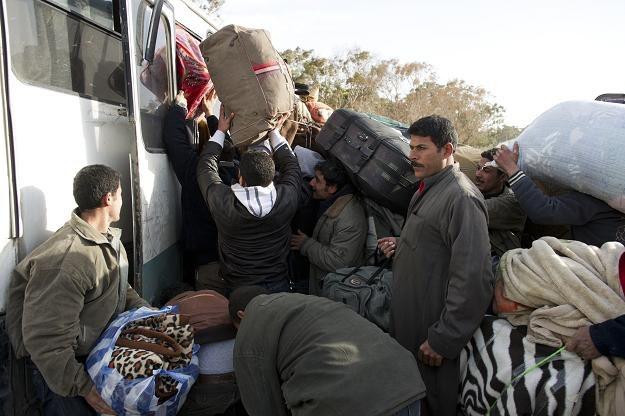Uciekinierzy z Libii w Bin Kirdan, pierwszym tunezyjskim mieście tuż za granicą /AFP