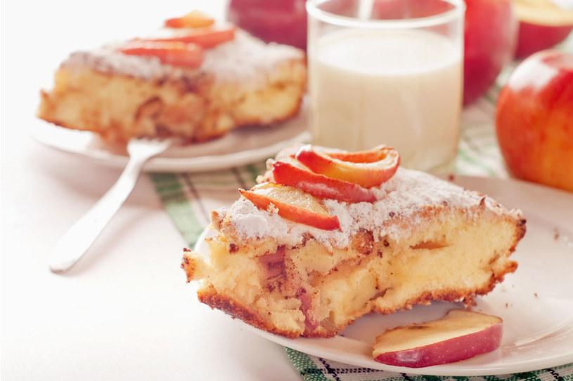 Ucierane ciasto z całymi jabłkami /123RF/PICSEL