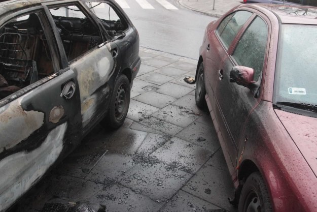 Ucierpiały również zaparkowane obok auta /INTERIA.PL