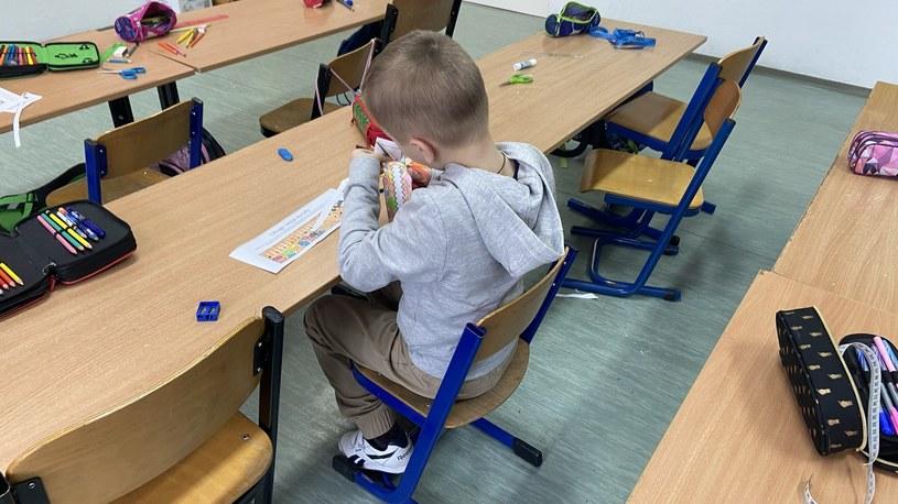 Uczeń klasy I na zajęciach w szkole /INTERIA.PL