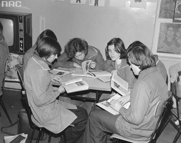 Uczennice czytają książki w świetlicy. W tle telewizor Rubin 714p /Z archiwum Narodowego Archiwum Cyfrowego