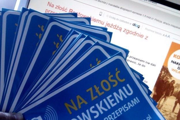 Uczestnicy akcji znakują auta takimi naklejkami /INTERIA.PL