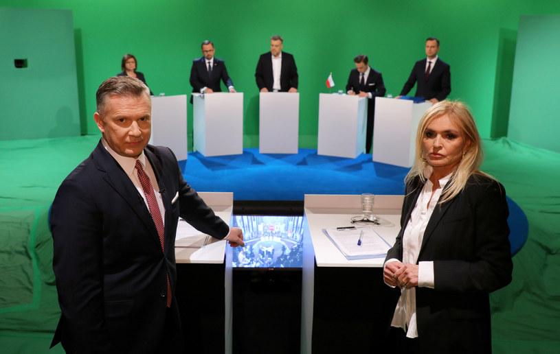 Uczestnicy debaty i prowadzący dziennikarze TVN24 /Piotr Molecki /East News