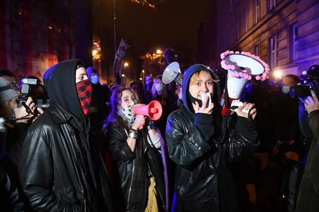 Uczestnicy demonstracji przed bramą wjazdową Ministerstwa Edukacji Narodowej w Warszawie / Radek Pietruszka   /PAP