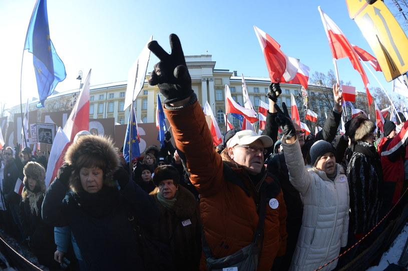 Uczestnicy demonstracji przed Kancelarią Premiera /Jacek Turczyk /PAP