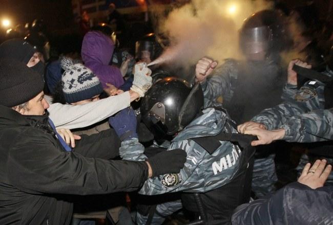 Uczestnicy demonstracji rzucali w milicjantów drobnymi przedmiotami i zrywali im z głowy kaski. /SERGEY DOLZHENKO /PAP