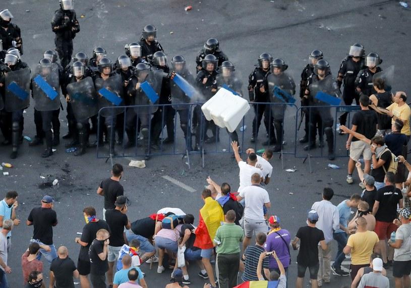 Uczestnicy demonstracji z flagami Rumunii i Unii Europejskiej /AP Photo/Vadim Ghirda /East News