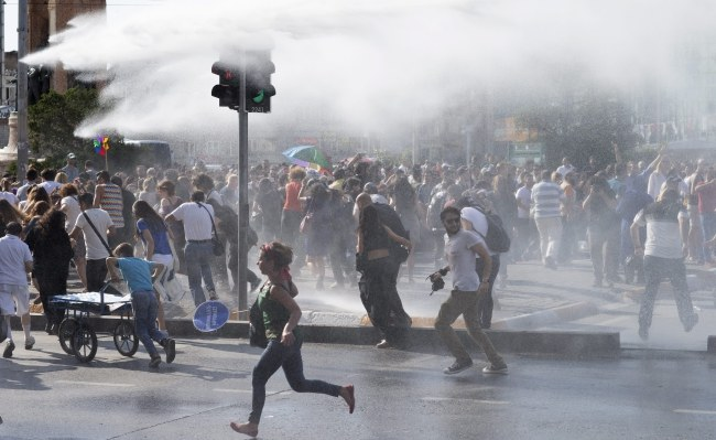 Uczestnicy demonstracji zostali rozpędzeni przez policję /PAP/EPA/TOLGA BOZOGLU /PAP/EPA