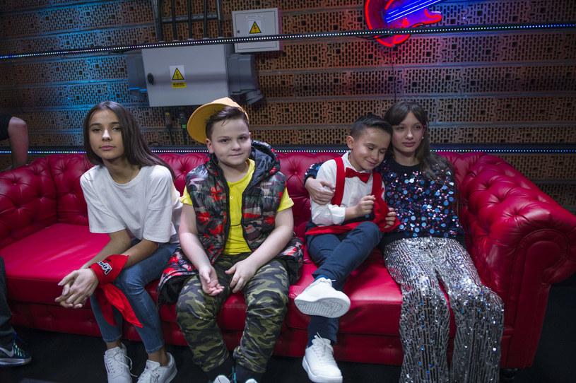 """Uczestnicy drugiej edycji """"The Voice Kids"""": od lewej  Carla Fernandes, Paweł Szymański, Oliwier Szot i Viki Gabor /Natasza Młudzik/TVP /East News"""