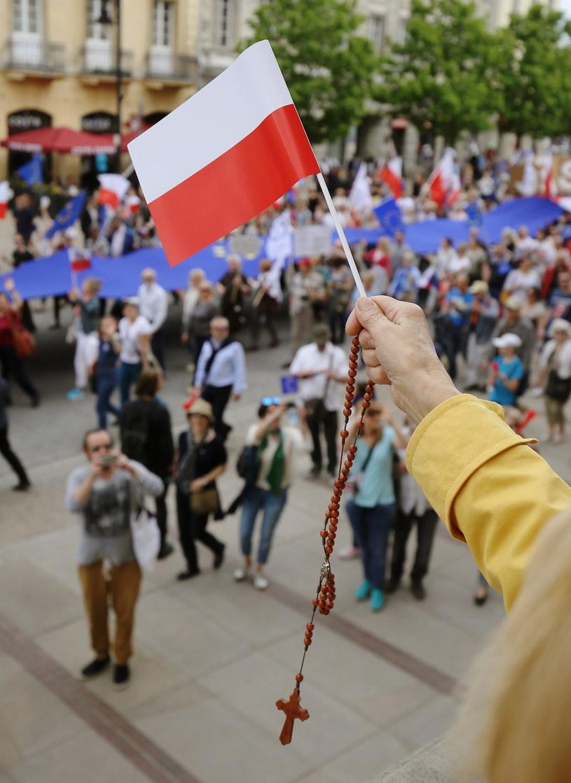 Uczestnicy dwóch manifestacji na Krakowskim Przedmieściu /Paweł Supernak /PAP