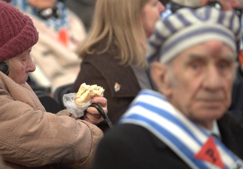 Uczestnicy głównej ceremonii rocznicowej w byłym obozie Auschwitz - II Birkenau. /Andrzej Grygiel /PAP