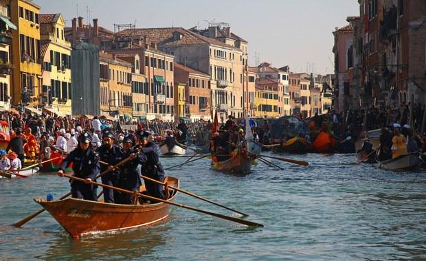 Uczestnicy karnawału w Wenecji mieli przy sobie prawdziwe szable