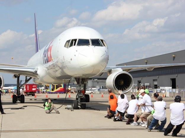 Uczestnicy konkursu ciągnęli samolot po płycie lotniska /Paweł Żuchowski /RMF FM