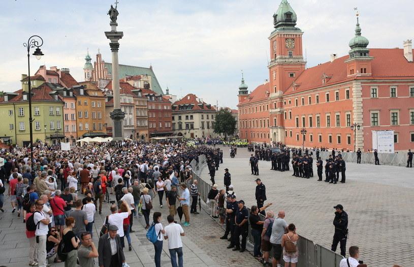 Uczestnicy kontrmanifestacji na pl. Zamkowym /Leszek Szymański /PAP