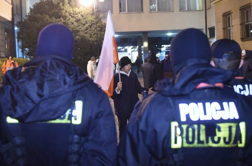 Uczestnicy, którzy nie dostali się do środka stoją przed siedzibą Państwowej Komisji Wyborczej /Radek Pietruszka /PAP