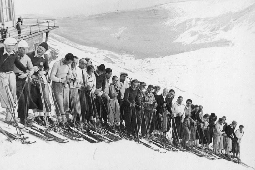 Uczestnicy kursu narciarskiego na Kasprowym Wierchu. Wśród nich - Bronek Czech /Z archiwum Narodowego Archiwum Cyfrowego