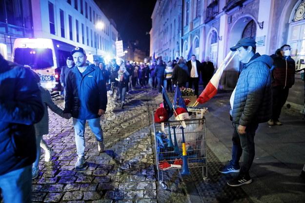 Uczestnicy manifestacji poparcia dla obecności Polski w Unii Europejskiej na Starym Mieście w Warszawie /Albert Zawada /PAP