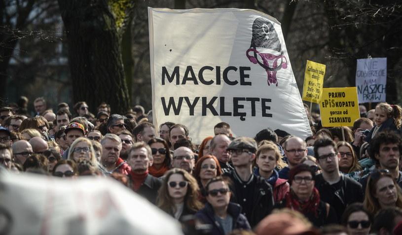 Uczestnicy manifestacji przeciwko ustawie antyaborcyjnej /Jakub Kamiński   /PAP