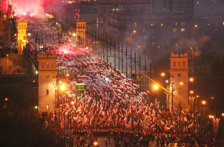 Uczestnicy Marszu Niepodległości 2017 na Moście Poniatowskiego w Warszawie /Leszek Szymański /PAP
