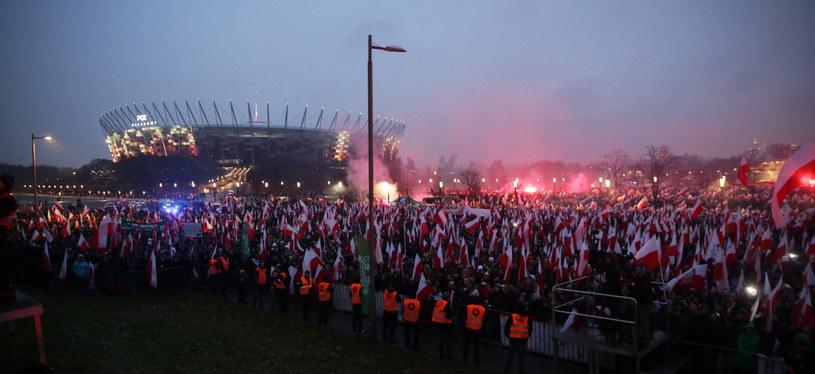 Uczestnicy Marszu Niepodległości na błoniach wokół Stadionu Narodowego /Tomasz Gzell /PAP