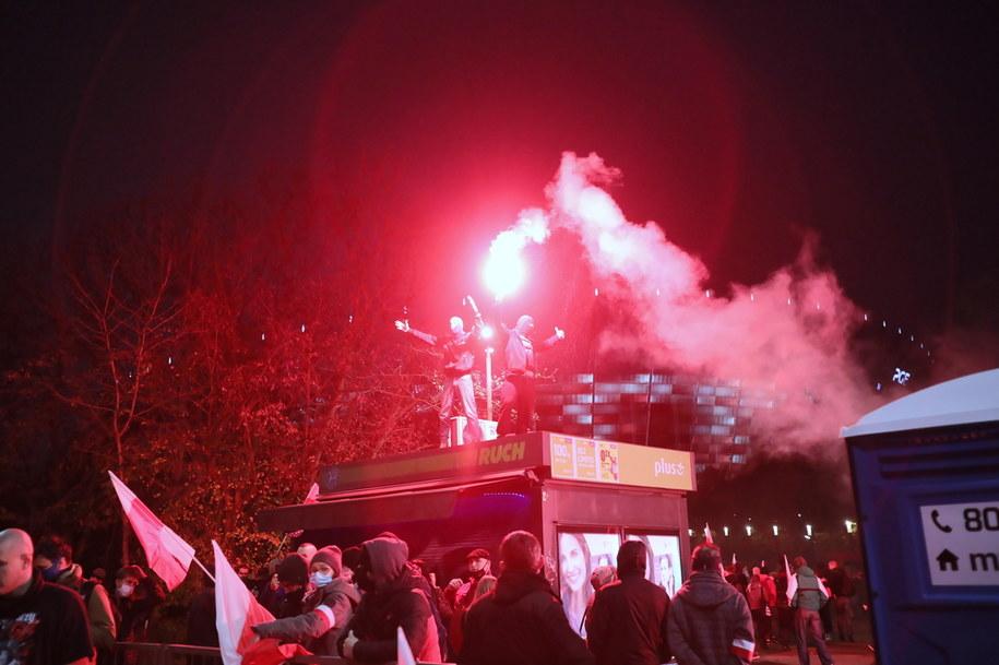 Uczestnicy Marszu Niepodległości przed stadionem PGE Narodowy w Warszawie / Leszek Szymański    /PAP