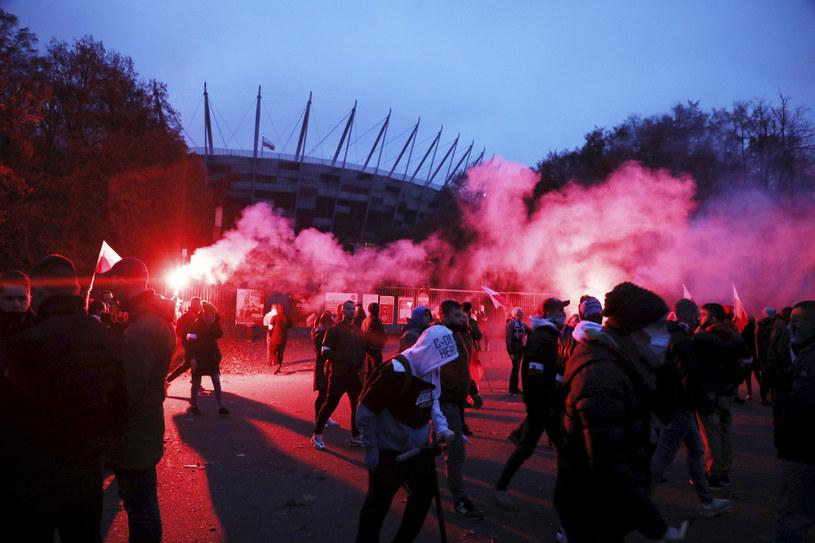 Uczestnicy Marszu Niepodległości przed Stadionem PGE Narodowy w Warszawie /Jakub Kamiński   /East News