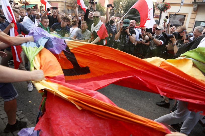 Uczestnicy marszu podarli tęczową flagę /Jakub Kamiński   /East News