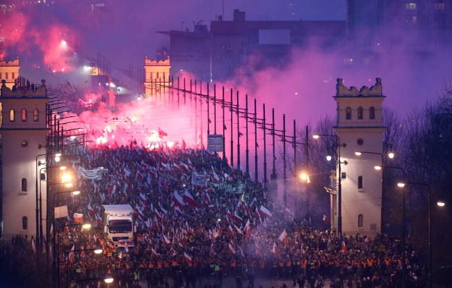 Uczestnicy marszu rzucają petardami i odpalają race /Leszek Szymański /PAP