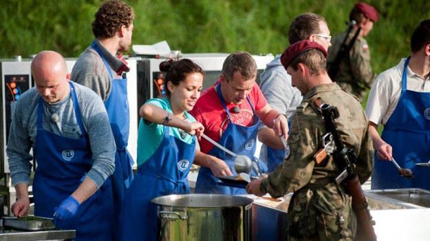 """Uczestnicy """"MasterChef"""" tym razem gotują dla żołnierzy /fot  /materiały prasowe"""