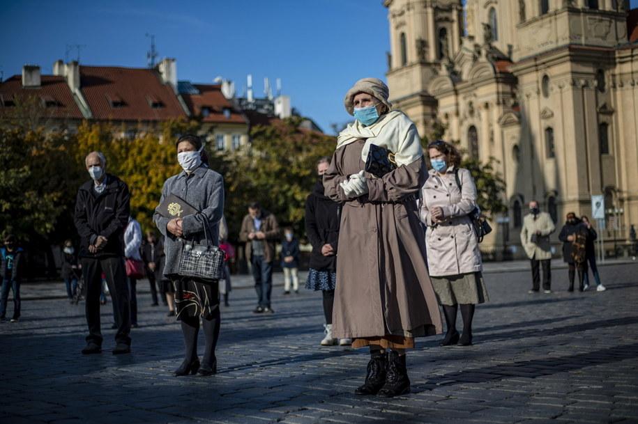 Uczestnicy mszy celebrowanej na świeżym powietrzu w Pradze zachowywali dystans społeczny i zakrywali usta oraz nos /Martin Divisek /PAP/EPA