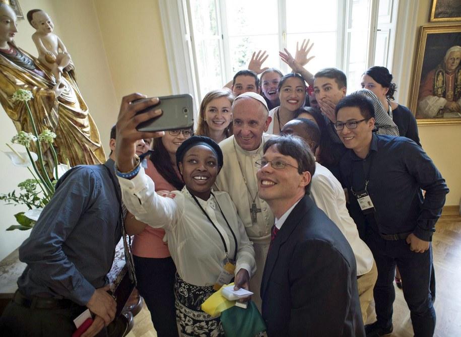 Uczestnicy obiadu z papieżem na Franciszkańskiej 3 /OSSERVATORE ROMANO / HANDOUT /PAP/EPA
