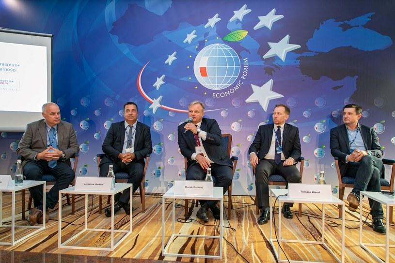 """Uczestnicy panelu """"Liderzy dzisiaj i liderzy jutro – jak przygotować swoje firmy i pracowników do nowych wyzwań Przemysłu 4.0"""", /Fot. Ireneusz Rek /INTERIA.PL"""