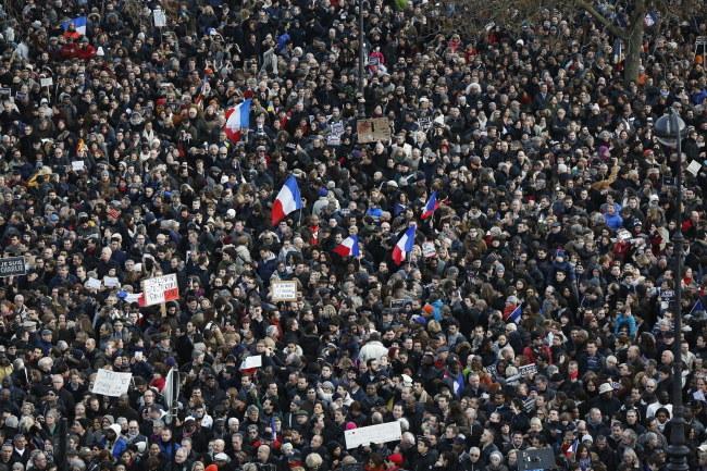 Uczestnicy paryskiego marszu /PAP/EPA/ETIENNE LAURENT    /PAP/EPA