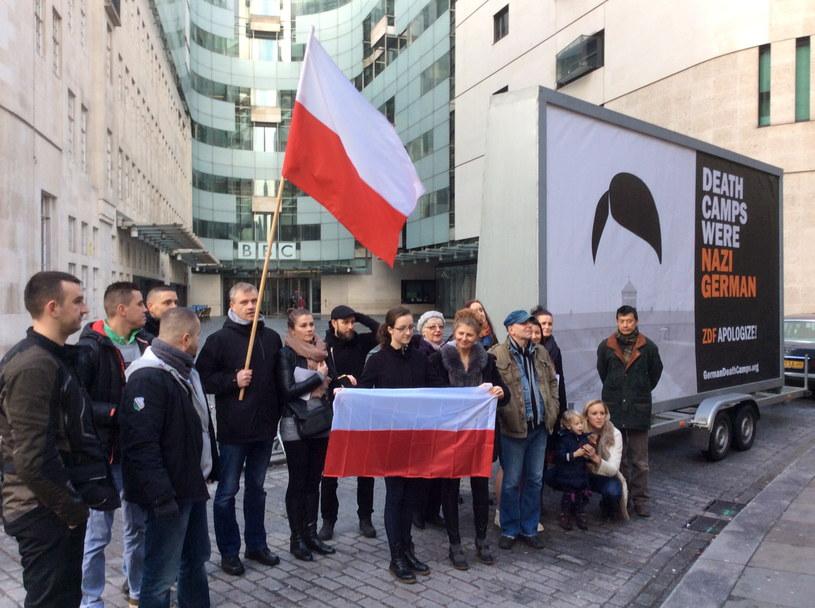 """Uczestnicy pikiety przy mobilnym billboardzie z napisem """"Death Camps Were Nazi German"""" przed siedzibą BBC w Londynie /Jakub Krupa /PAP"""