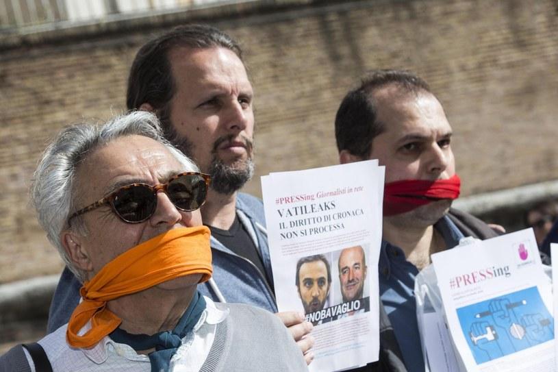 Uczestnicy protestów przed bramą prowadzącą do Watykanu /PAP/EPA