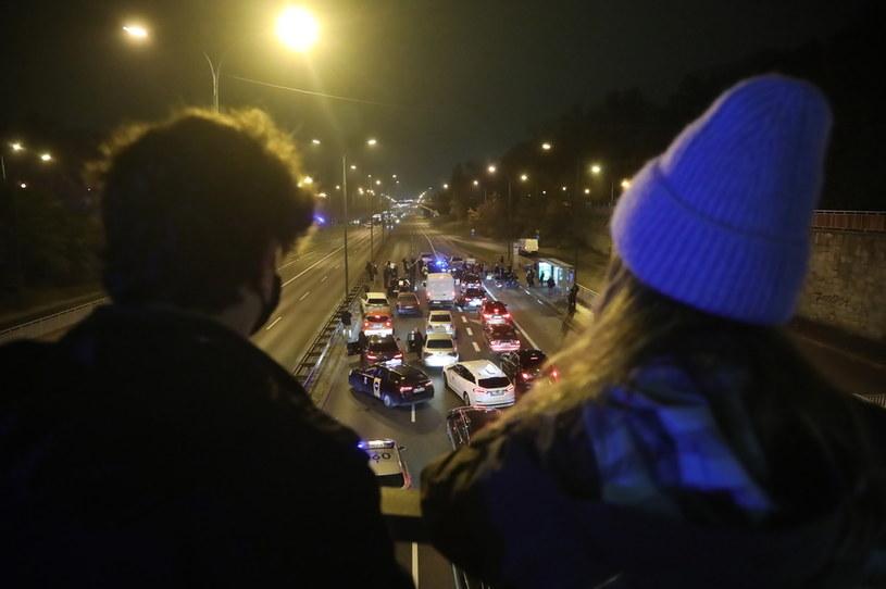 Uczestnicy protestu blokują ruch na Trasie Łazienkowskiej w Warszawie /Wojciech Olkuśnik /PAP