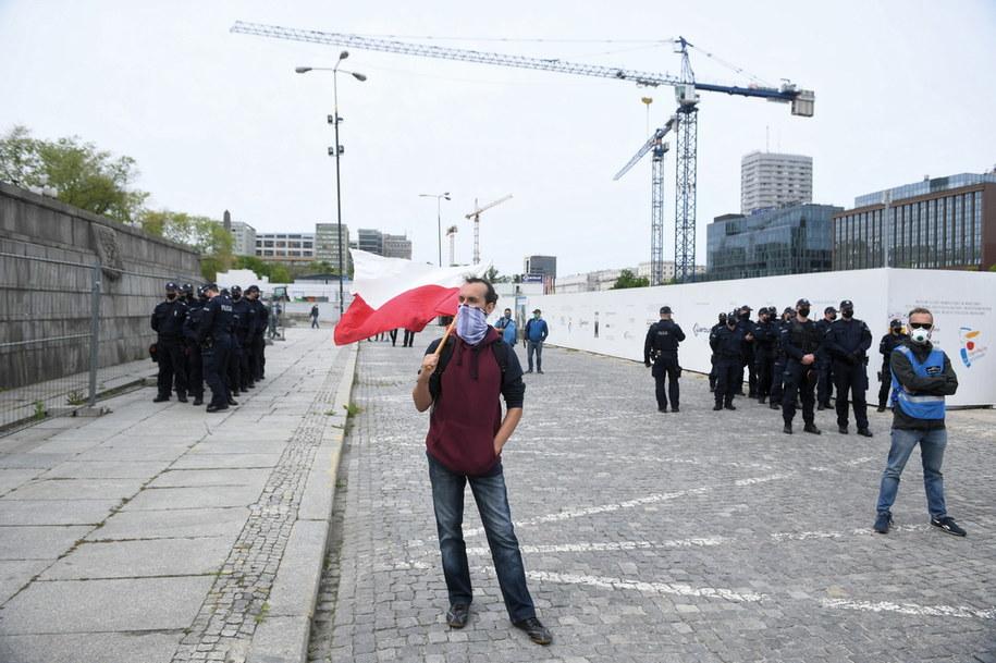 Uczestnicy protestu i policjanci / Radek Pietruszka   /PAP