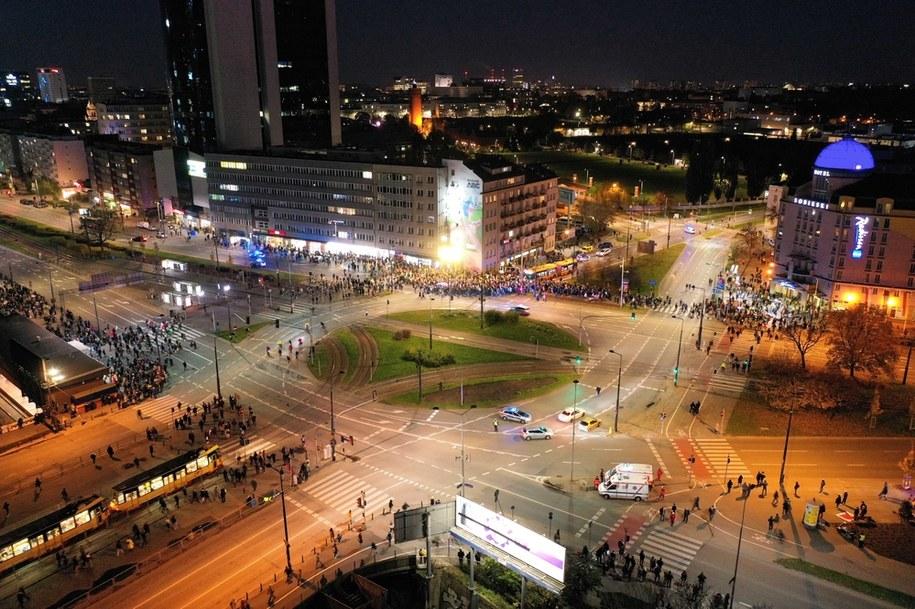 Uczestnicy protestu na placu Zawiszy w Warszawie / Leszek Szymański    /PAP