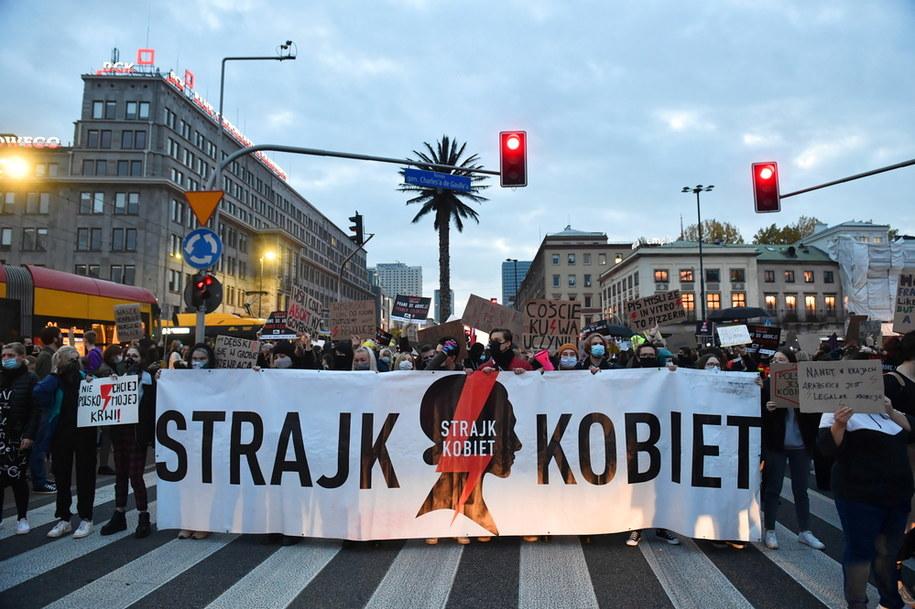 Uczestnicy protestu przeciwko wyrokowi Trybunału Konstytucyjnego, zaostrzającemu prawo aborcyjne, blokują ulice Warszawy, 26 października / Radek Pietruszka   /PAP