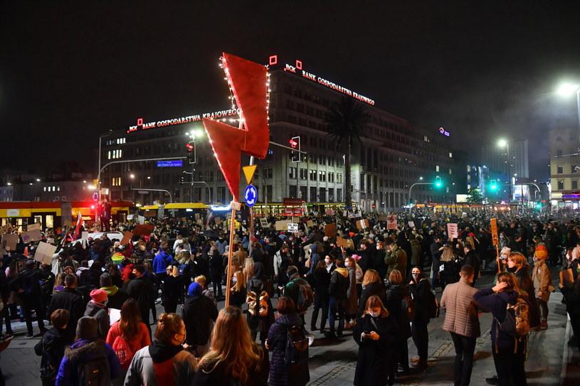 Uczestnicy protestu przeciwko wyrokowi Trybunału Konstytucyjnego, zaostrzającemu prawo aborcyjne / Radek Pietruszka   /PAP